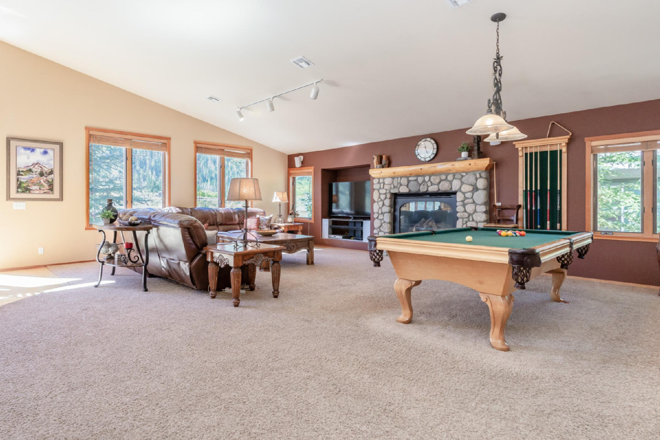 New Listing! Cozy 5 bedroom townhome with stunning mountain views, pool table and foosball