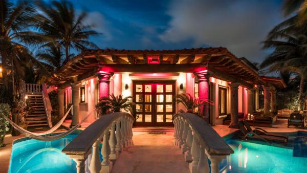 Playa del Carmen spacious 5 BDR villa, amazing pool, rooftop sauna, full media/game room perfect for families