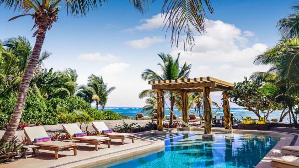Upscale 4 BDR Akuma Jade Beach luxury villa, oceanfront, private beach, pristine lap pool
