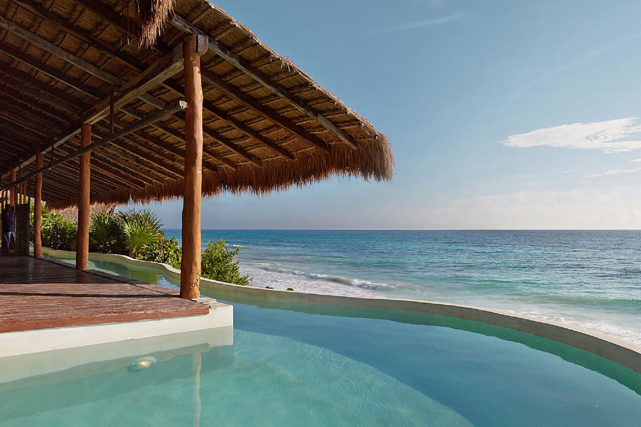 Eco-chic 5 BDR beachfront Tulum villa; rooftop jacuzzi, expansive pool, amazing outdoor entertaining space