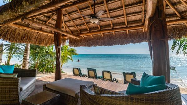 Beachfront Soliman Bay 4 BDR luxury villa; private tropical pool, incredible views, 5-star comfort