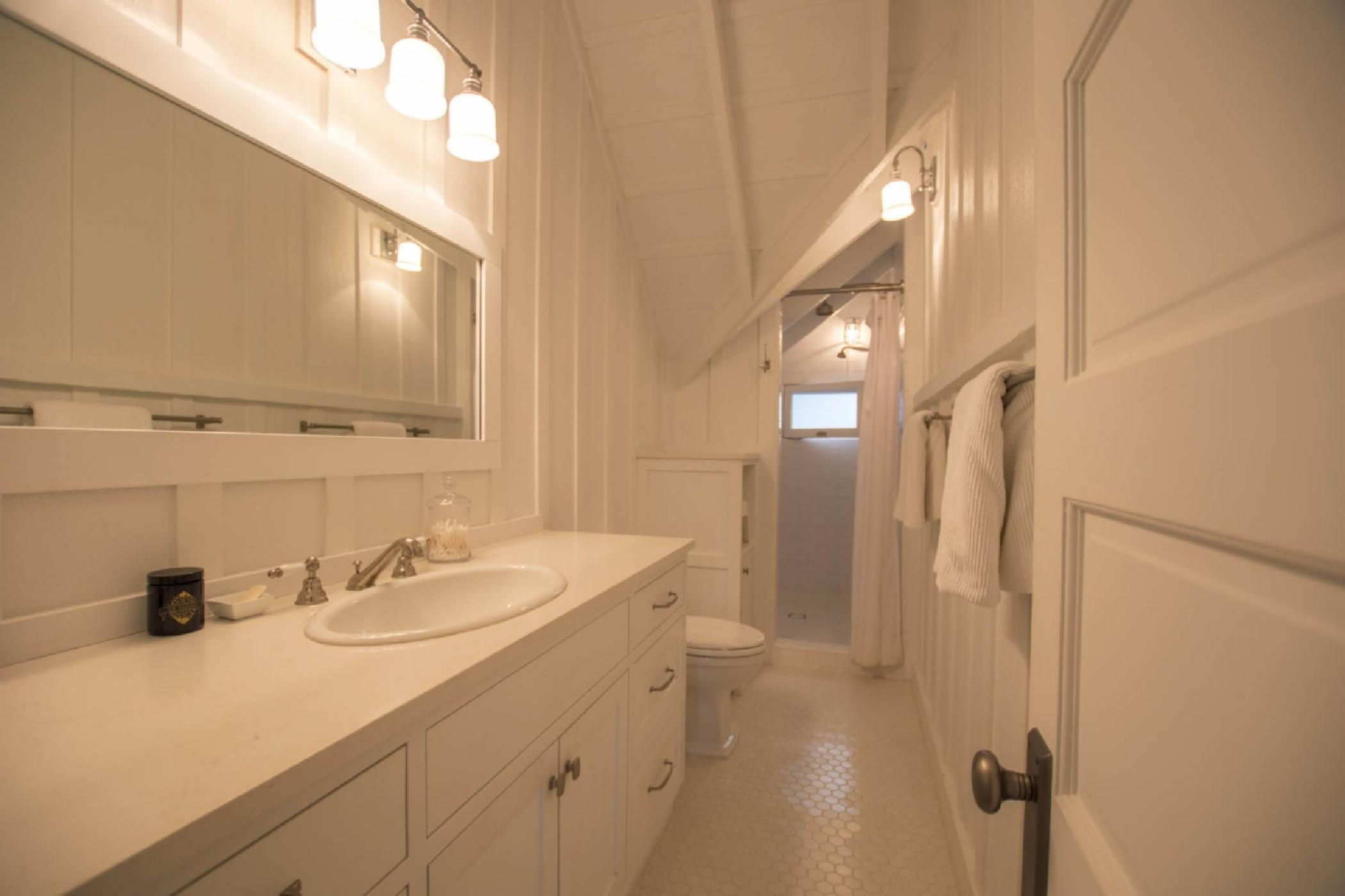 bathroom3_upstairs.jpeg