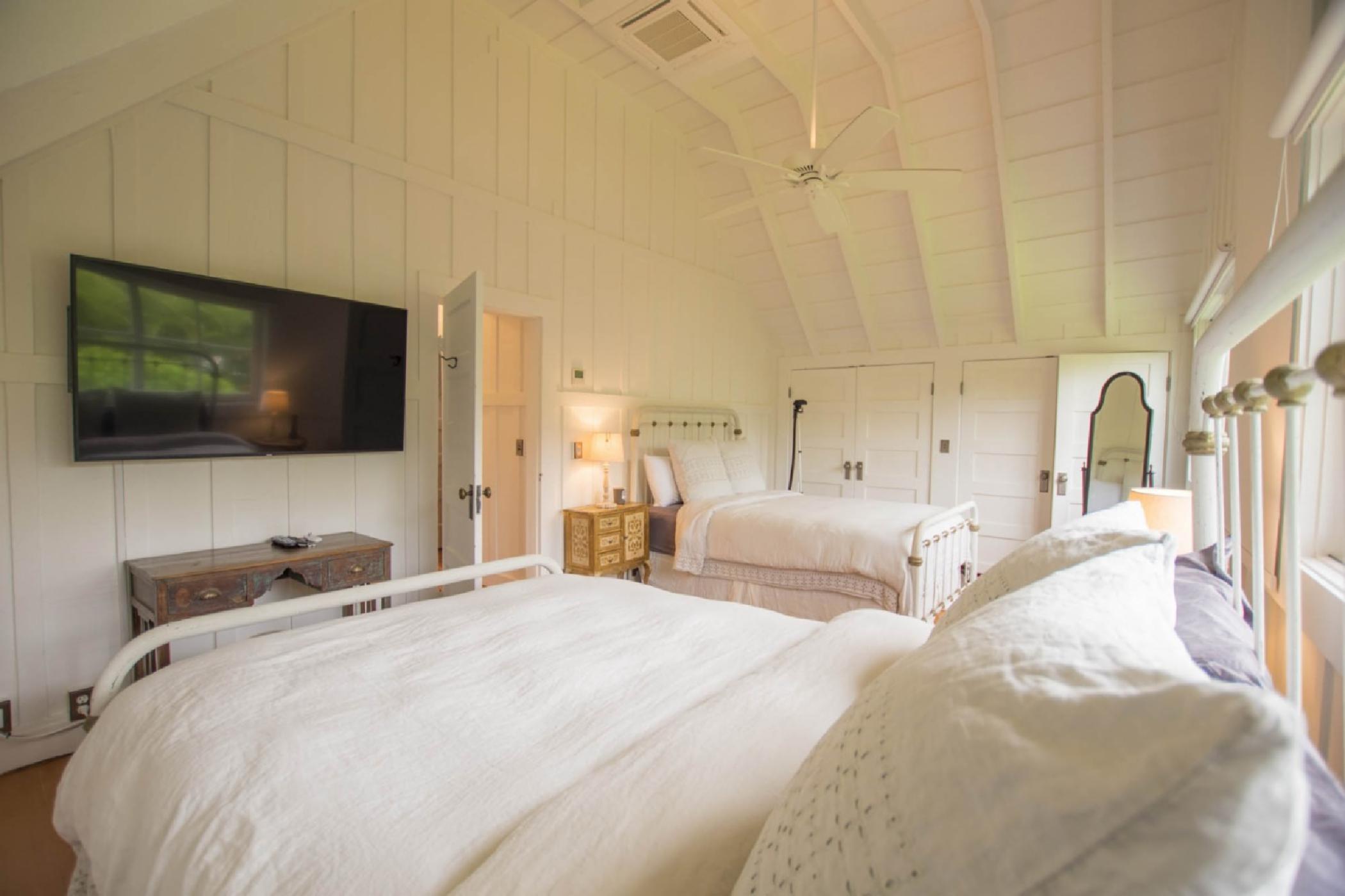 bedroom4_twoqueenupstairs.jpeg